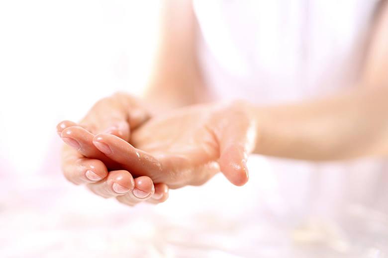 Regularne mycie i dezynfekcja rąk, a także noszenie gumowych rękawiczek to w czasach epidemii koronawirusa zalecane i konieczne działania ochronne. Niestety,