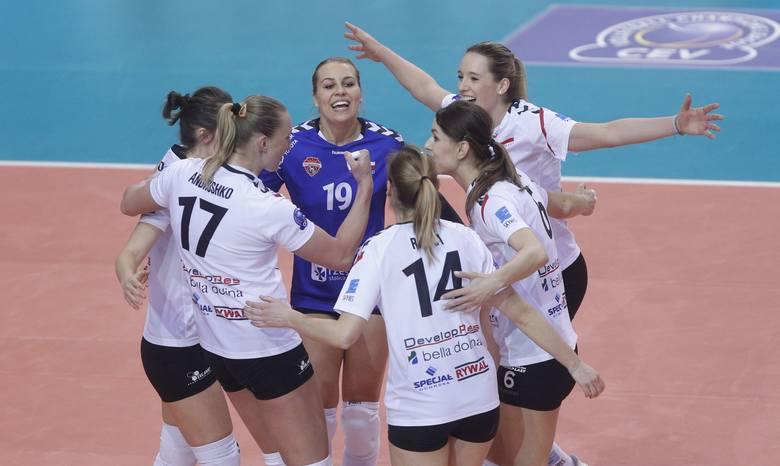 Pola Nowakowska (nr 19) po raz pierwszy w meczu Ligi Mistrzyń wyszła w podstawowym skladzie.