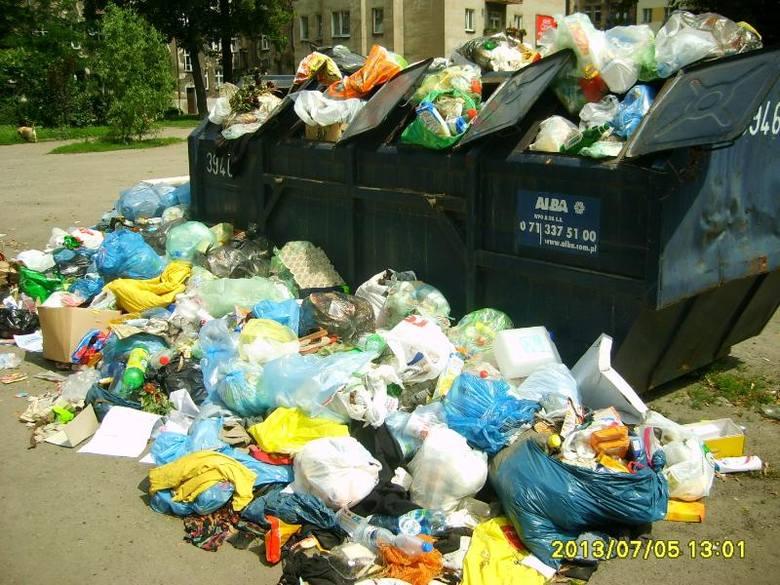 Śmieci na podwórku w obrębie ulic Orzeszkowej, Barlickiego, Nowowiejskiej, Żeromskiego we Wrocławiu.