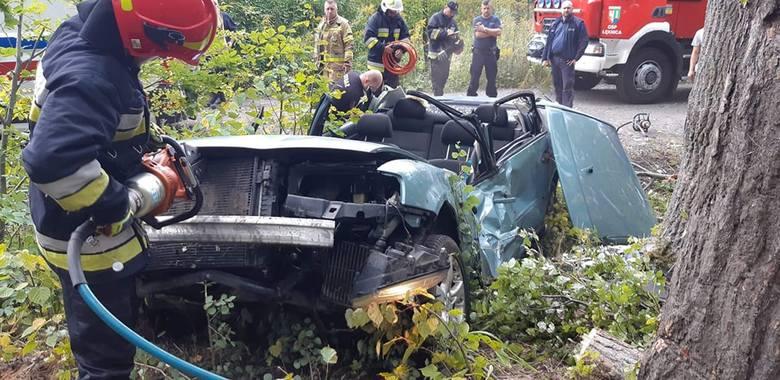 Do wypadku doszło w czwartek, 12 września, w rejonie ul. Leśnej w Łęknicy. Na drodze gruntowej kierujący volkswagenem passatem wpadł w poślizg i dachem