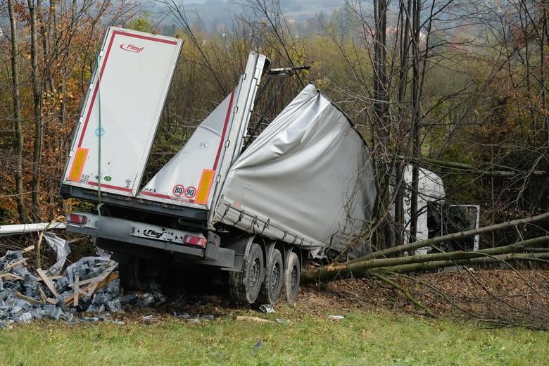 Do tego groźnego wypadku doszło w poniedziałek na drodze krajowej nr 19 w Jasienicy Rosielnej k. Brzozowa.35-letni kierowca tira, mieszkaniec woj. mazowieckiego