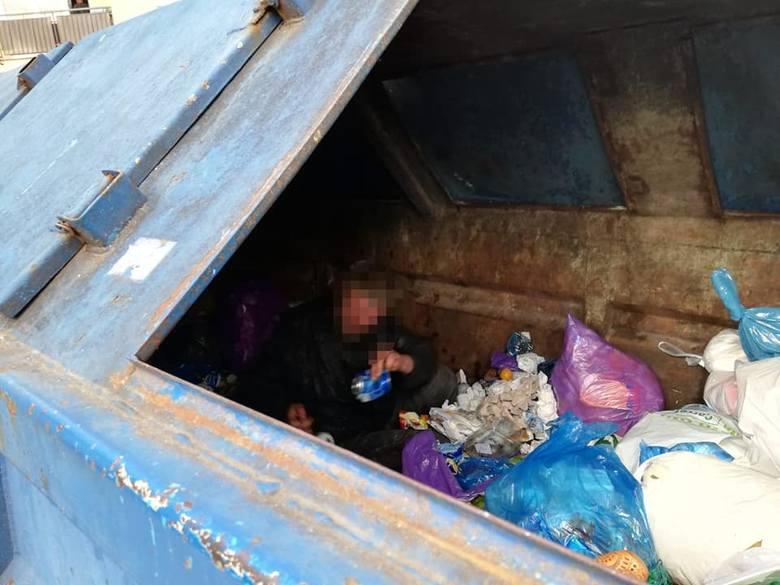 Robi się coraz chłodniej. Strażnicy miejscy odwiedzają miejsca, gdzie mogą przebywać osoby bezdomne. Oferują im pomoc.Strażnicy proponują im skorzystanie