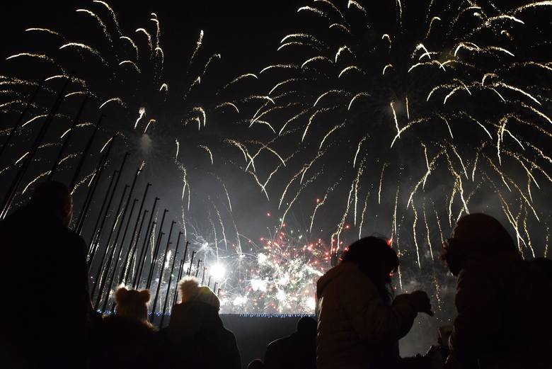 Inowrocławianie powitali Nowy Rok 2019. Sporo osób uczyniło to podczas zabawy pod chmurką przy hali widowiskowo-sportowej. Na przybyłych czekały nagrody