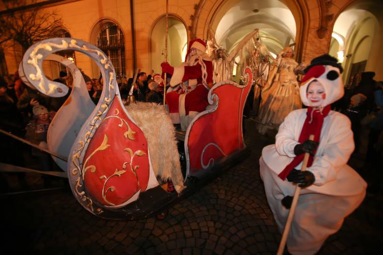 Wręczanie prezentów, dzielenie się słodyczami, tańce, śpiewy i pamiątkowe zdjęcia. 6 grudnia Mikołaj ponownie odwiedzi nasze miasto. Ze Świętym będzie