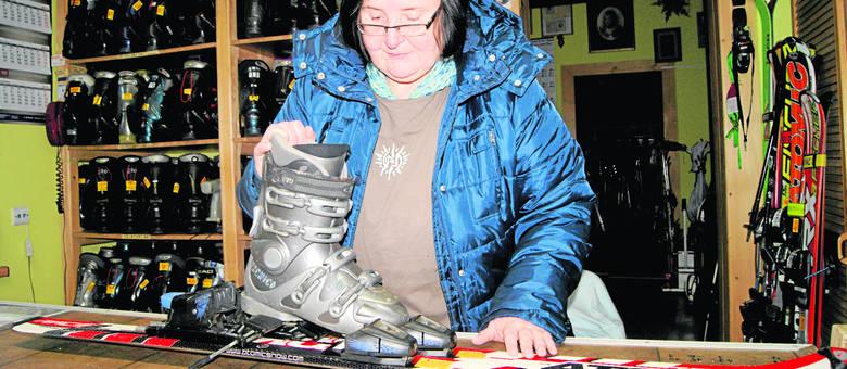 Beata Czerska z Zakopanego prowadzi wypożyczalnię. Początkującym narciarzom radzi narty pożyczać. Jeśli biały sport nam się nie spodoba, koszty jego