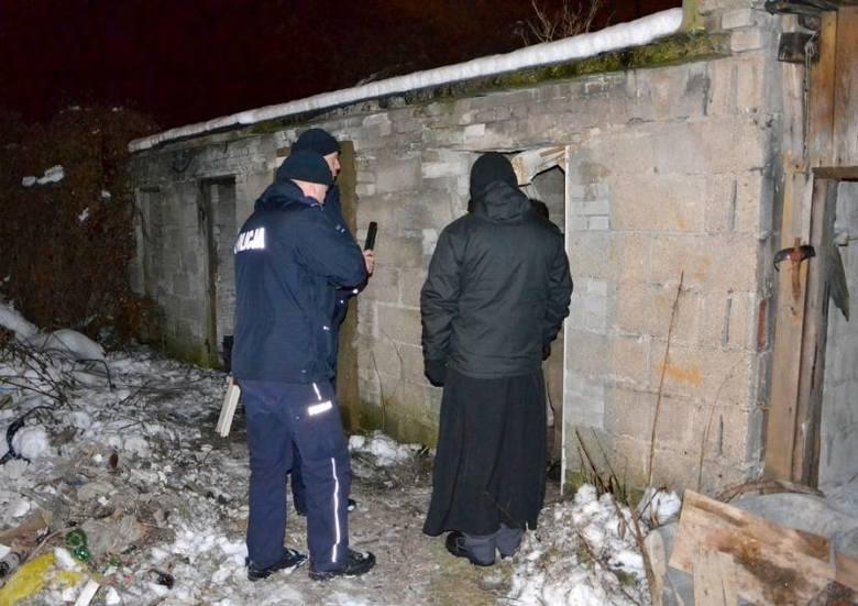 Ksiądz i policja szukali bezdomnych. Akcja Nie bądźmy obojętni (zdjęcia)