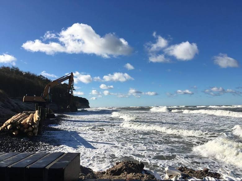 Prezentujemy zdjęcia z plaży w Wiciu(gmina Darłowo). Silny sztorm na Bałtyku spowodował, że plaża znalazła się pod wodą. Zdjęcia wykonali inspektorzy