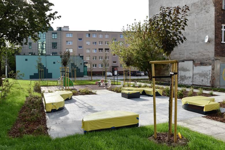 Modernizacja podwórek na ul. Krakowskiej wystartowała na początku roku. Choć do zakończenia robót zostało jeszcze kilka tygodni, to na miejscu jest już