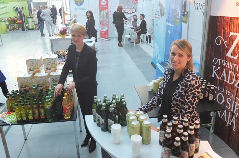 Na stoisku województwa opolskiego zaprezentowano wytwarzane w regionie produkty spożywcze, m.in.piwo, słodycze, wędliny, oleje.