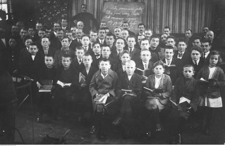 1925Stroje chłopięce obejmowały palta i białe koszule ze sztywnym kołnierzykiem. Koszulom często towarzyszył krawat.