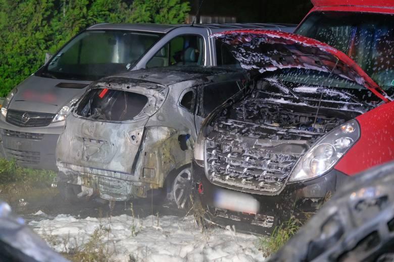 Pożar w komisie samochodowym w Ostrowie pod Przemyślem zauważono w niedzielę przed godz. 5 rano. Do akcji gaśniczej zadysponowano trzy zastępy strażaków