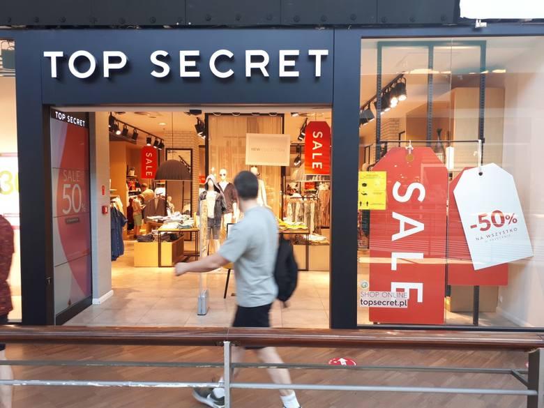Z rachunkiem niższym o połowę wyjdą klienci z salonu Top Secret, gdzie właśnie o 50% przeceniono część asortymentu.Podobne promocje ogłosiły też Patrizia