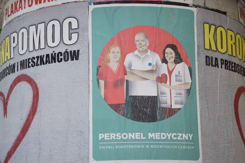 Plakaty wspierające medyków, ale też zachęcające do zostania w domu, można zobaczyć w wielu punktach Zielonej Góry. Projekt plakatu:  Iza Kaczmarek-Szurek