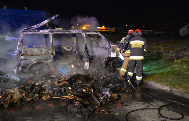 W sobotę chwilę przed godz. 23 straż pożarna w Przemyślu otrzymała zgłoszenie o palącym się samochodzie na parkingu przy Tesco na ul. Lwowskiej w Przemyślu.