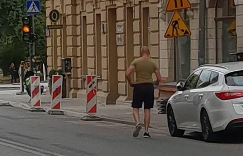"""""""Afganistan! Jazda z ku..., je... pedałów"""" - słychać było w czwartek po południu w centrum Łodzi. Obraźliwe zwroty wykrzykiwał dobrze"""