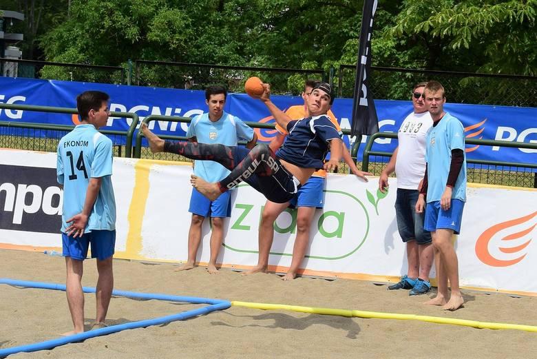Turniejem młodzieżowym rozpoczął się weekend ze sportami plażowymi w Inowrocławiu. Dziś na boisku podziwialiśmy efektowne rzuty zawodników z ZSP 4, ZSP