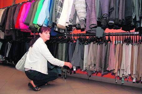 Pani Alicja szuka dla siebie spodni. Jak mówi - lumpeksy są nie tylko tańsze, ale i... lepiej zaopatrzone.