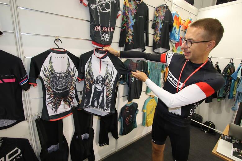 Koszulki na rower malowane przez artystów, bluzy, spodenki na każdą pogodę, maski chroniące płuca rowerzystów i plecaki ze świetlnymi kierunkowskazami