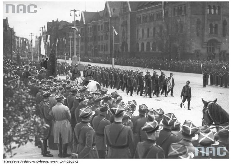 Święto Narodowe Trzeciego Maja. Defilada oddziałów Przysposobienia Wojskowego na ulicy Święty Marcin - 1935 rok