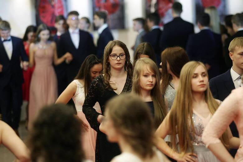 Maturzyści i ósmoklasiści w tym roku nie zatańczą poloneza. Wszystko wskazuje na to, że ani odkładane na wiosnę studniówki, ani bale na zakończenie szkoły