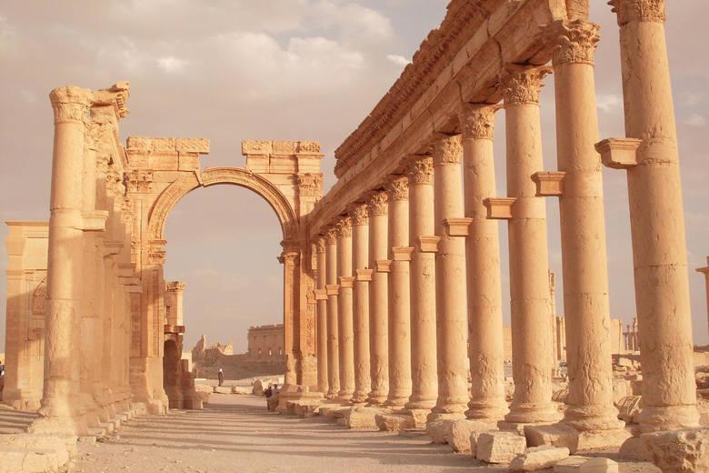 Starożytne ruiny Palmyry, położone nieopodal współczesnego miasta, wpisane są na listę światowego dziedzictwa UNESCO, stanowiąc  jeden z najważniejszych