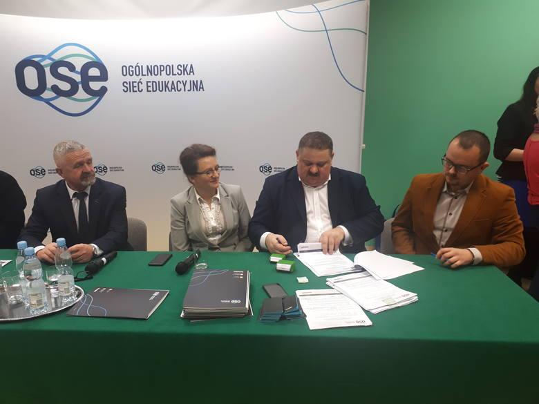 Ważne umowy na Internet podpisane w Opatowie. Była wojewoda Agata Wojtyszek [ZDJĘCIA]