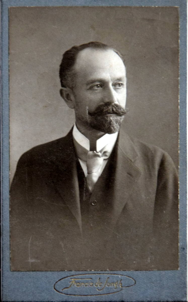 Michał Łopaciński, brat Marii i Saturnina. Skończył medycynę w Krakowie, w Paryżu był w Instytucie Pasteura. Jako lekarz brał udział w I wojnie światowej, później do 1936 roku miał prywatną praktykę w Krakowie. Zmarł w 1941 roku w Wysowej.