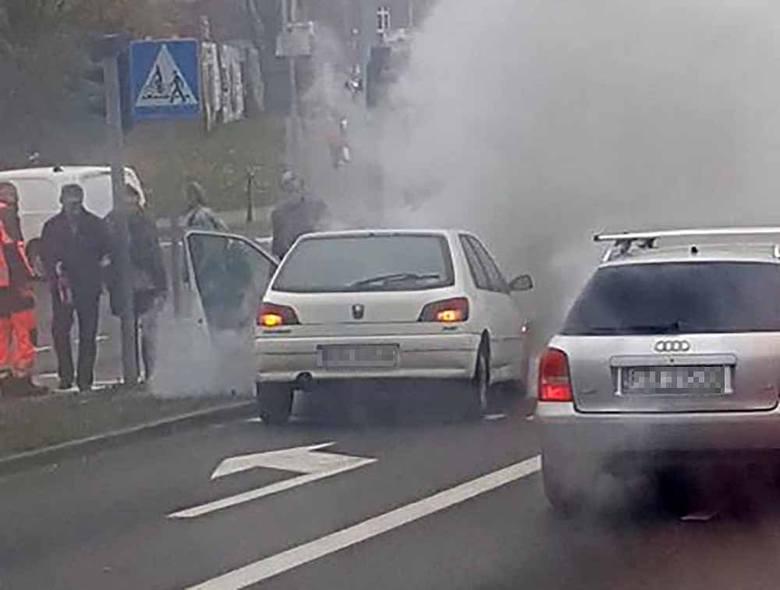 Do pożaru peugeota doszło w piątek, ok. godz. 13 9 listopada, na al. Konstytucji 3 Maja przy hotelu Ruben. Na miejsce przyjechał straż pożarna i policja.