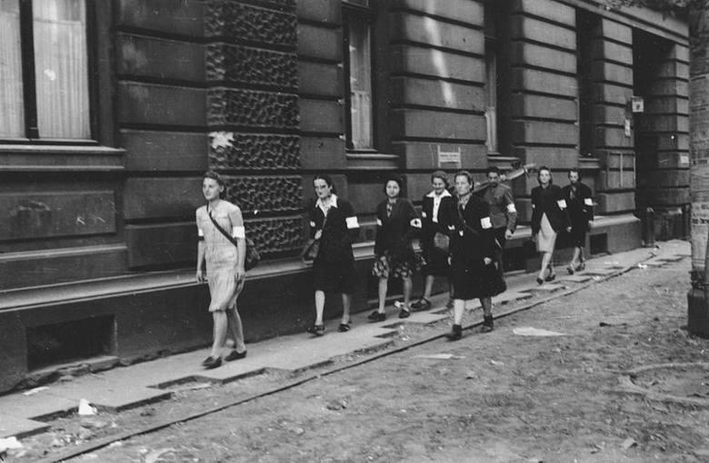"""Żołnierze batalionu """"Parasol"""" przy barykadzie na ul. Wareckiej."""