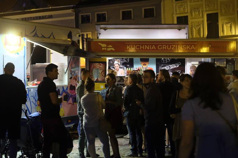 Strefa foodtracków przy pl. Św. Katarzyny i na Rynku Nowomiejskim będzie czynna od godz. 12 do 1 w nocy. Festiwalowe instalacje będą dostępne do niedzieli