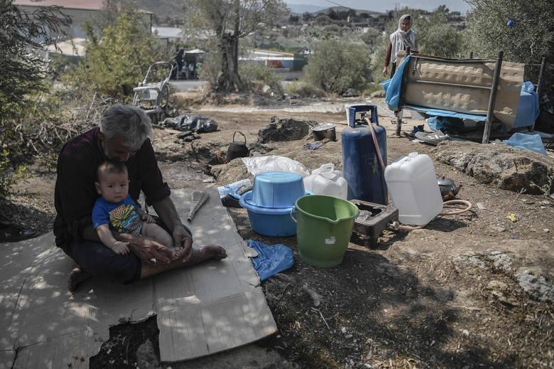 Grecja: Największy obóz dla migrantów na wyspie Lesbos spłonął. Jego mieszkańcy śpią teraz w rowach i na cmentarzu (VIDEO)