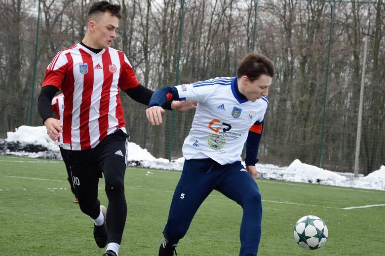 Kamil Witkowski (z lewej) uratował remis dla Soły Oświęcim w meczu przeciwko czwartoligowej Polonii Bytom.
