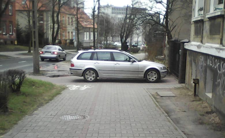 Jak autodrań parkuje, to cały chodnik i ściężkę rowerową zajmuje