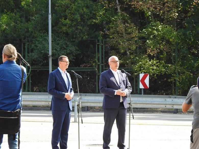 W środę, września na przejściu granicznym w Świecku swoją wizytę złożył premier Mateusz Morawiecki. Wraz z nim pojawiły się cysterny z napisami. Oto
