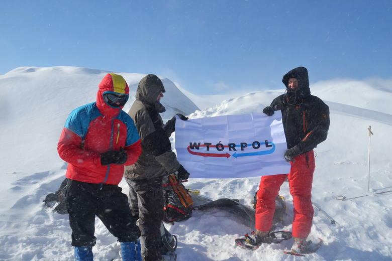 Niespodzianka dla sponsora – zdobywcy najwyżzego szczytu na Spitsbergenie prezentują flagę z logo skarżyskiej firmy.