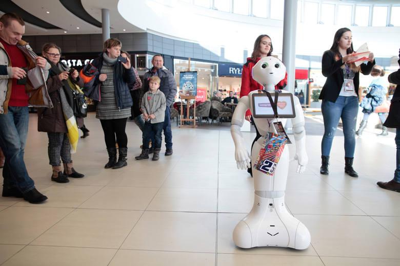 Humanoidalny robot Weegree one (można go spotkać w CH Karolinka) kwestuje w Opolu na rzecz Wielkiej Orkiestry Świątecznej Pomocy.
