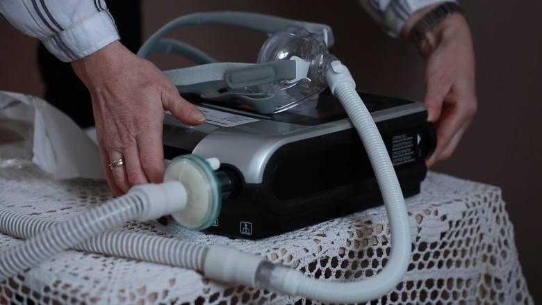 Świadczeniodawcy pozaszpitalnej wentylacji mechanicznej w związku z kompletnym brakiem reakcji Ministerstwa Zdrowia i NFZ na dramatyczne apele o stanie niezapłaconych nadwykonań, wstrzymali przyjęcia kolejnych pacjentów w siedmiu województwach. Nie są już w stanie dalej kredytować Funduszu z...