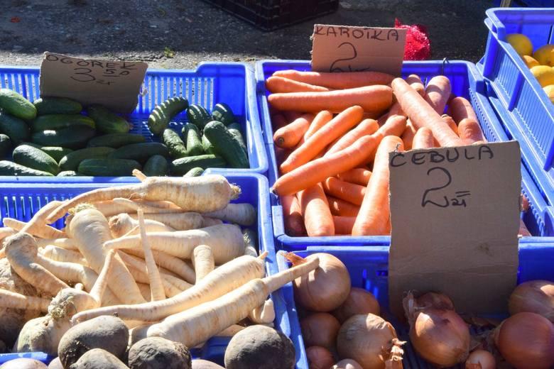 Trwa sezon na owoce i warzywa, więc na targowisku w Skarżysku tłumy. Lekko drożeją pomidory, tanieją jabłka, gruszki i warzywa korzeniowe. Ceny produktów