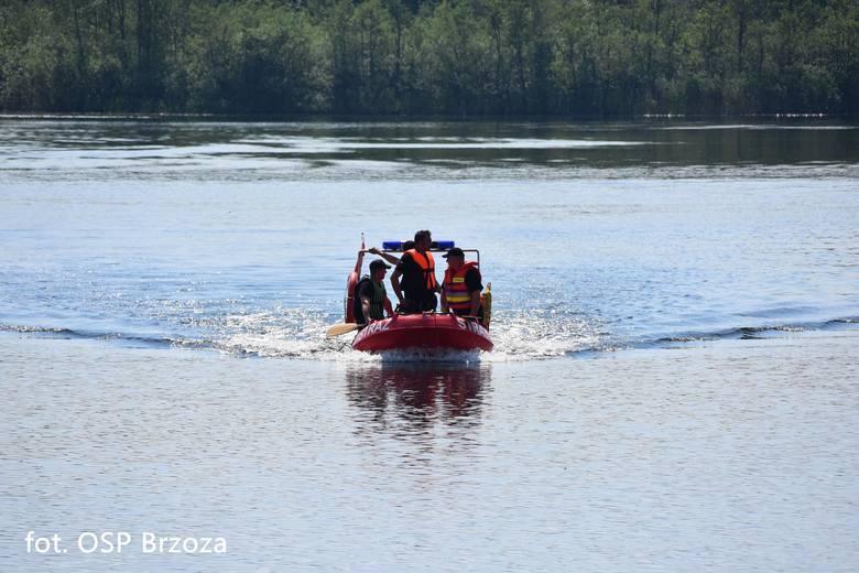 Nietypowe działania w Lipnikach (powiat bydgoski) podjęli okoliczni strażacy z OSP Brzoza. Dostali zgłoszenie, z którego wynikało, że w jeziorze widać