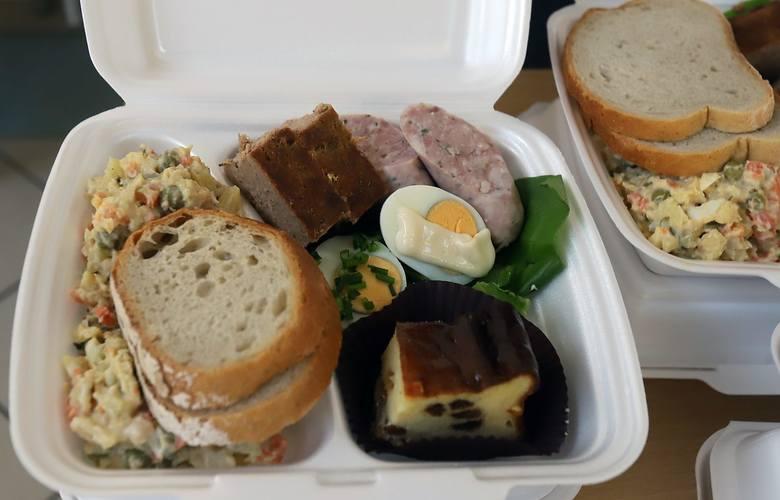 Zestaw zawierał wszystko, co powinno się znaleźć na wielkanocnym stole - jajka, białą kiełbasę, sałatki i ciasto.