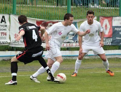 Paweł Pyciak (przy piłce) i Rafał Gil (pierwszy z prawej) byli wyróżniającymi się zawodnikami Okocimskiego w minionym sezonie Fot. Grzegorz Golec