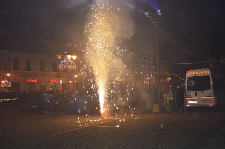 Skierniewiczanie witali Nowy Rok przed ratuszem [ZDJĘCIA]