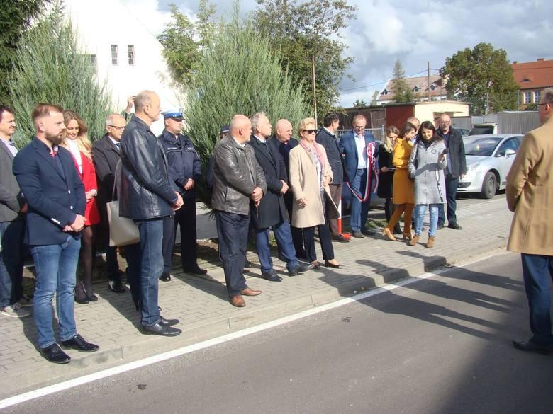 W piątek do Starogrodu przyjechało wielu gości. Chcieli zobaczyć, jak wygląda po odnowieniu droga powiatowa 1602C Starogród - Kijewo Królewskie.W Starogrodzie