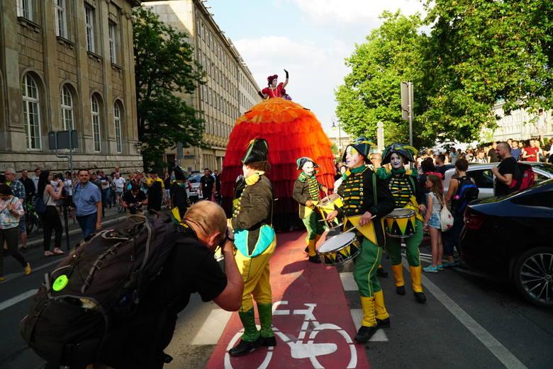 Tegoroczny festiwal Malta zaczął się z dużą pompą. Ulicami Poznania przeszła kolorowa parada prowadzona przez... pięciometrowe śpiewaczki operowe, tancerzy,
