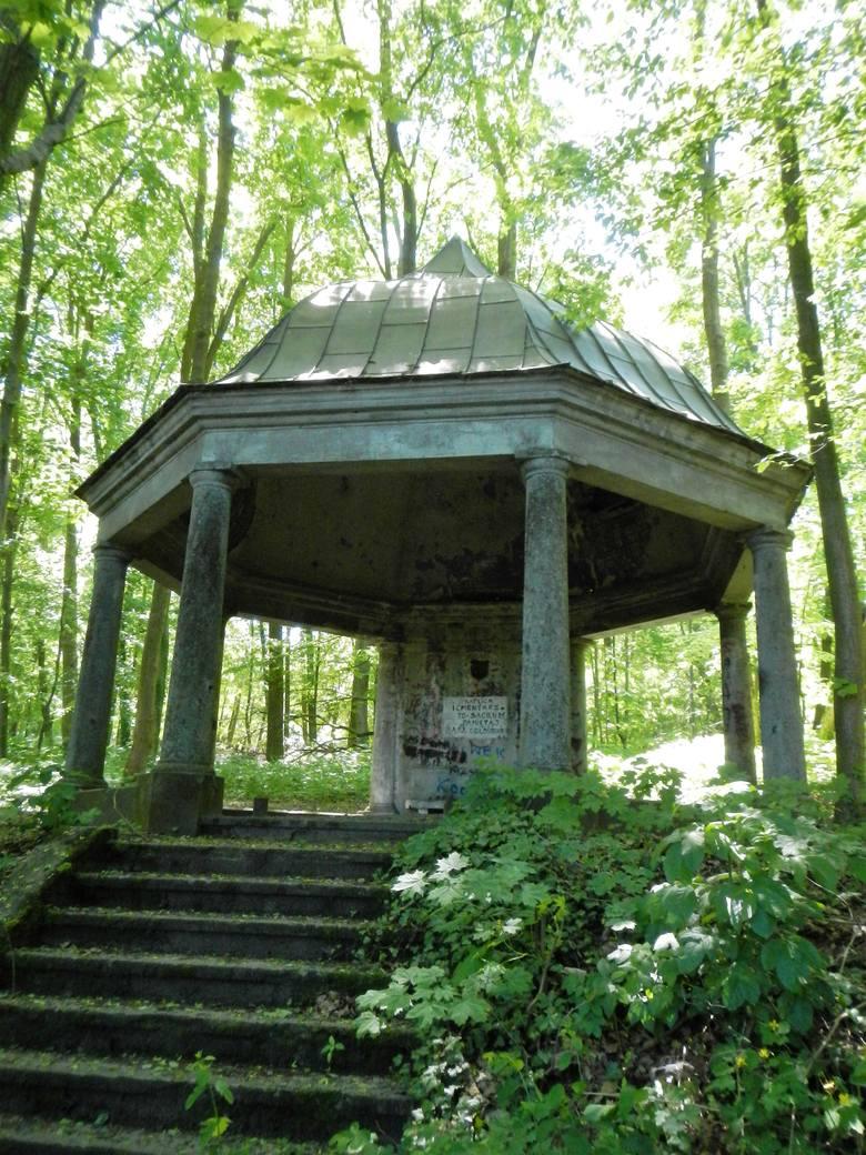 Kaplica cmentarna z  1787 roku na Górze św. Katarzyny.