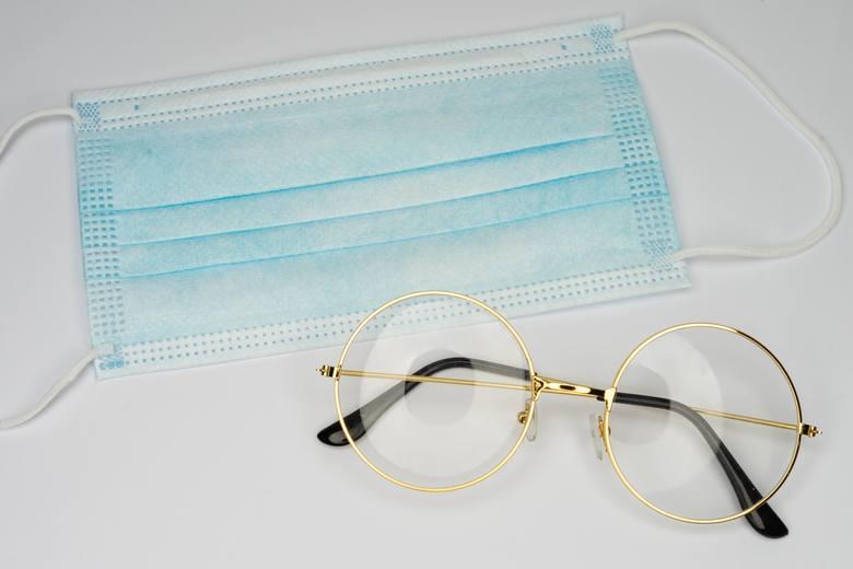 Inną metodą walki z zaparowanymi okularami jest wtarcie w szkła gliceryny. Jak to zrobić?Na wewnętrzną stronę szkieł w okularach wystarczy nałożyć 2-3