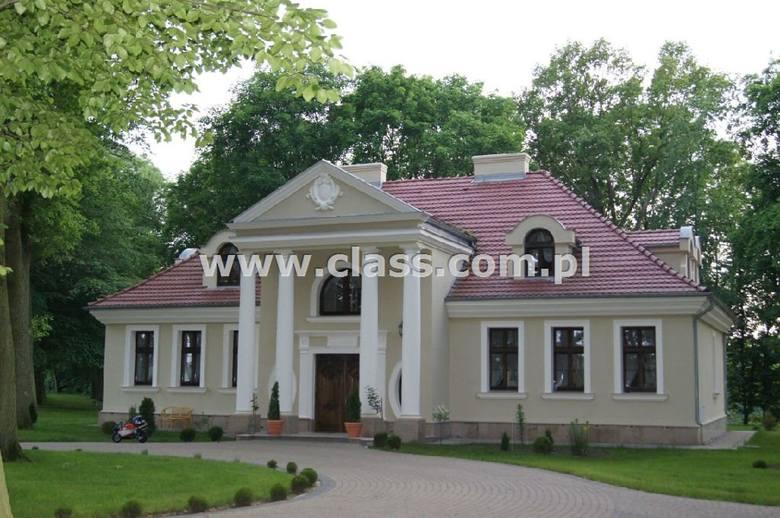 dworek<br /> 7pokoi<br /> 400m2<br /> 43457m2działki <br /> Zespół pałacowo-parkowy nad jeziorem w Dworskim Parku Krajobrazowym, w którego skład wchodzą: budynek mieszkalny, budynek garażowo-mieszkalny oraz stajnia. Dwór jest zlokalizowany w gm. Pruszcz, woj. Kujawsko - Pomorskie. <br />...