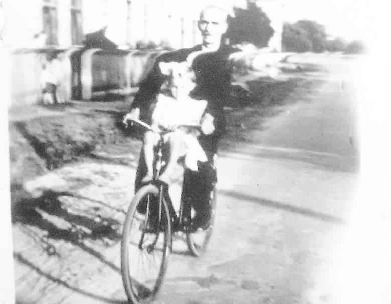 Jadzia na rowerze z dziadkiem Michałem. Dziadek złożył pierwszy jednoślad z części znalezionych w komórkach.