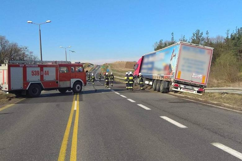 Złe samopoczucie kierowcy było przyczyną sobotniej akcji na drodze.W minioną sobotę (14 kwietnia) przed godziną 7, na krajowej 5-ce w Dworzysku policjanci