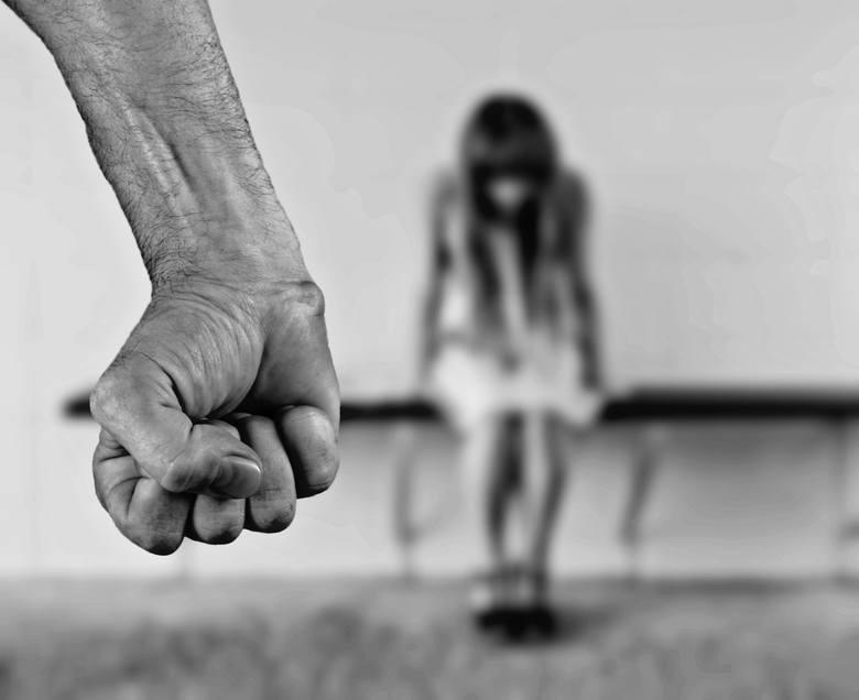 61-latek miał - używając przemocy wobec nastolatki - zgwałcić ją, a także doprowadzić do poddania się tzw. innej czynności seksualnej. Drugi z tych czynów